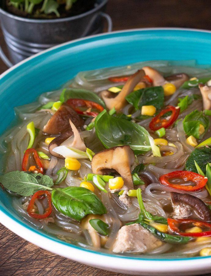 supă asiatică cu tăiței de orez, ghimbir și câteva frunze care schimbă totul