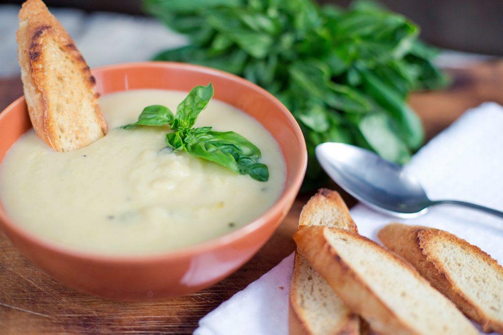 Supă rece de vară cu dovlecei, praz și lămâie
