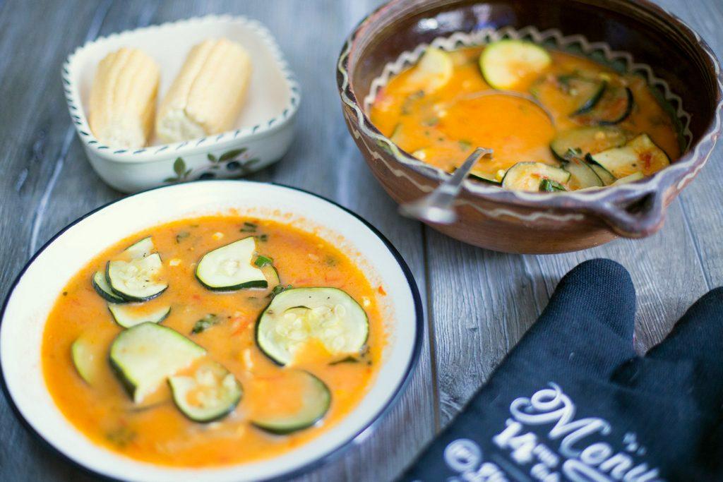 Supă de roșii, zucchini și porumb proaspăt